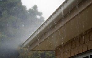 Yttertaket läcker in regnvatten